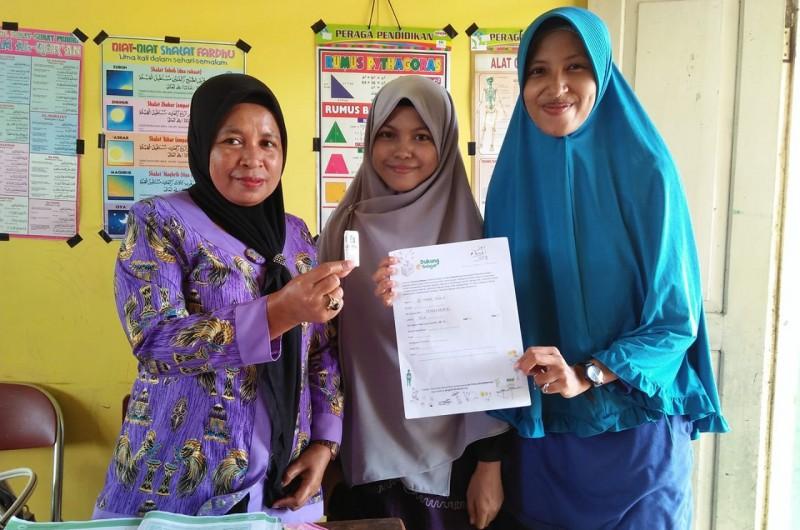 Pembagian Video Pembelajaran inibudi oleh Kak Lina dan Kak Safila di Desa Hila Kecamatan Leihitu.